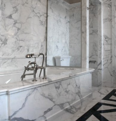 Interni bagno in marmo Calacatta